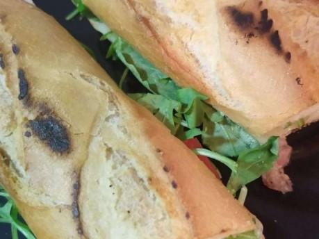 Pão com linguiça, queijo e rúcula