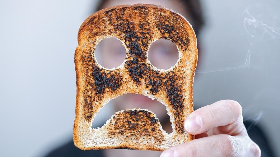 Pode comer pão queimado? Entenda quando o tostado é prejudicial à saúde